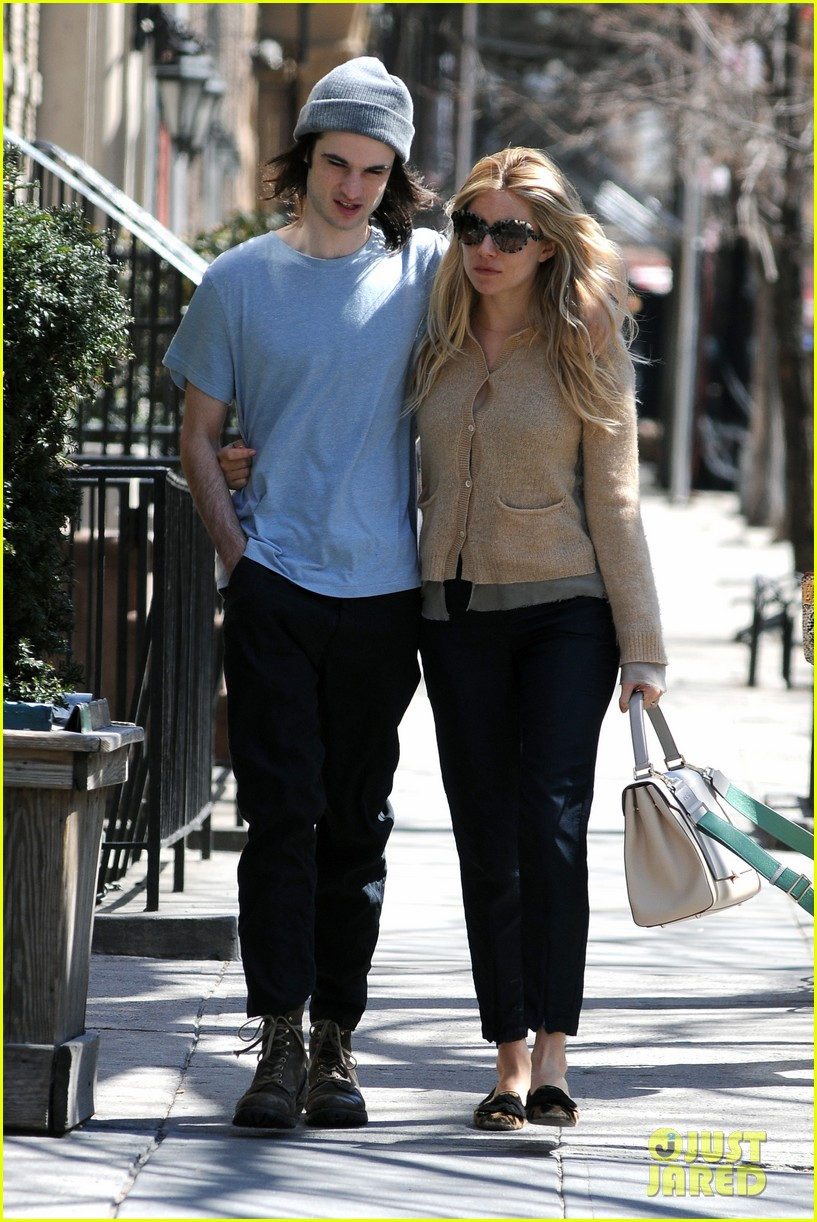 sienna miller tom sturridge west village lunch lovebirds 01