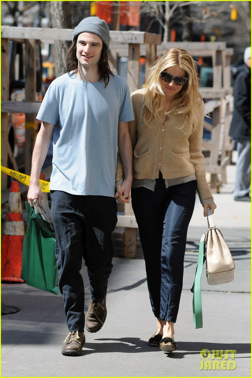 sienna miller tom sturridge west village lunch lovebirds 03