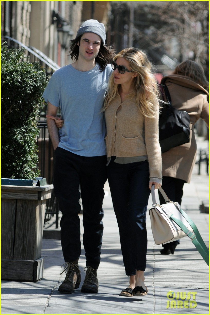 sienna miller tom sturridge west village lunch lovebirds 10