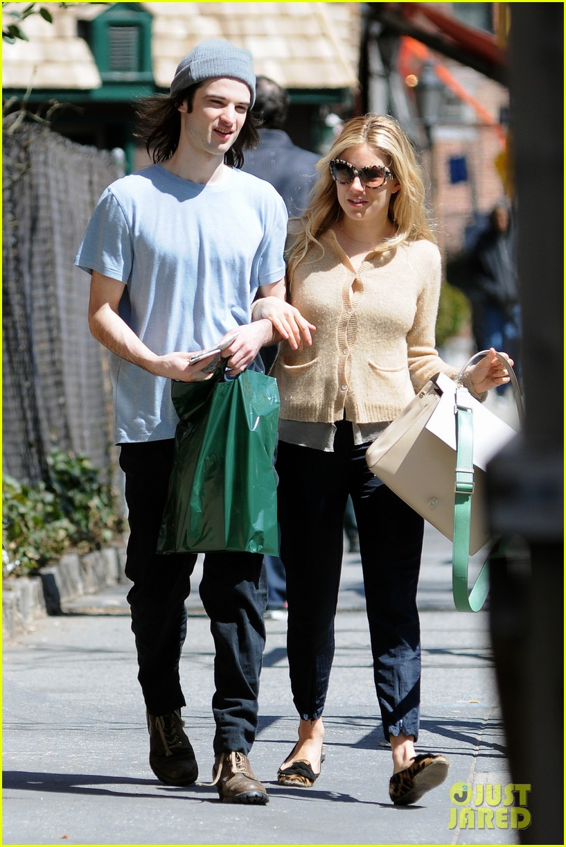 sienna miller tom sturridge west village lunch lovebirds 12