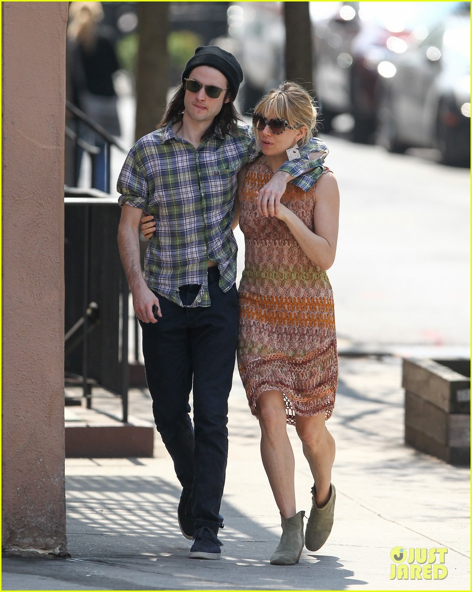sienna miller lady in red with tom sturridge 052847216