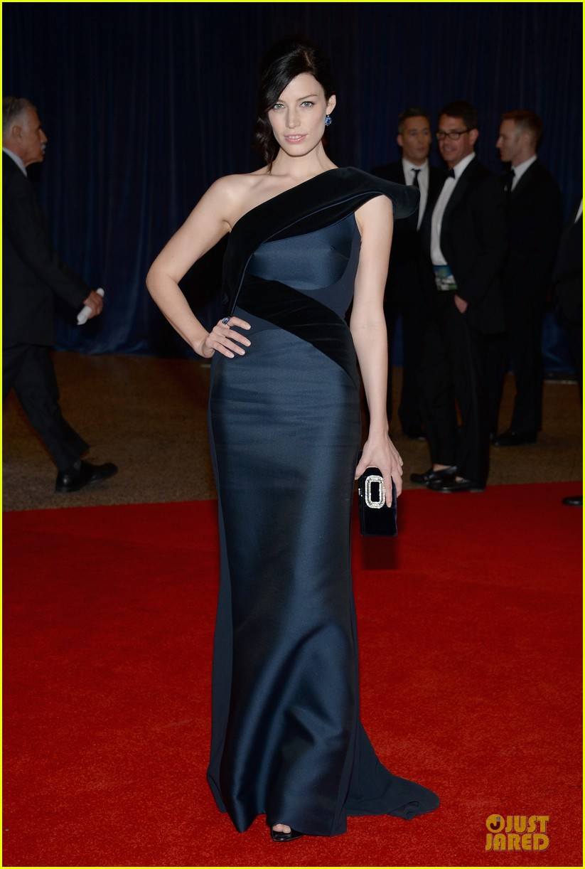 jessica pare white house correspondents dinner 2013 red carpet 01