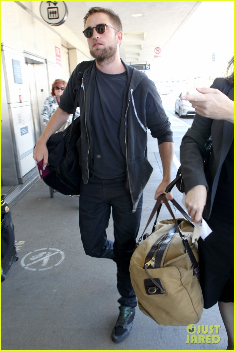 robert pattinson lots of luggage at lax 10