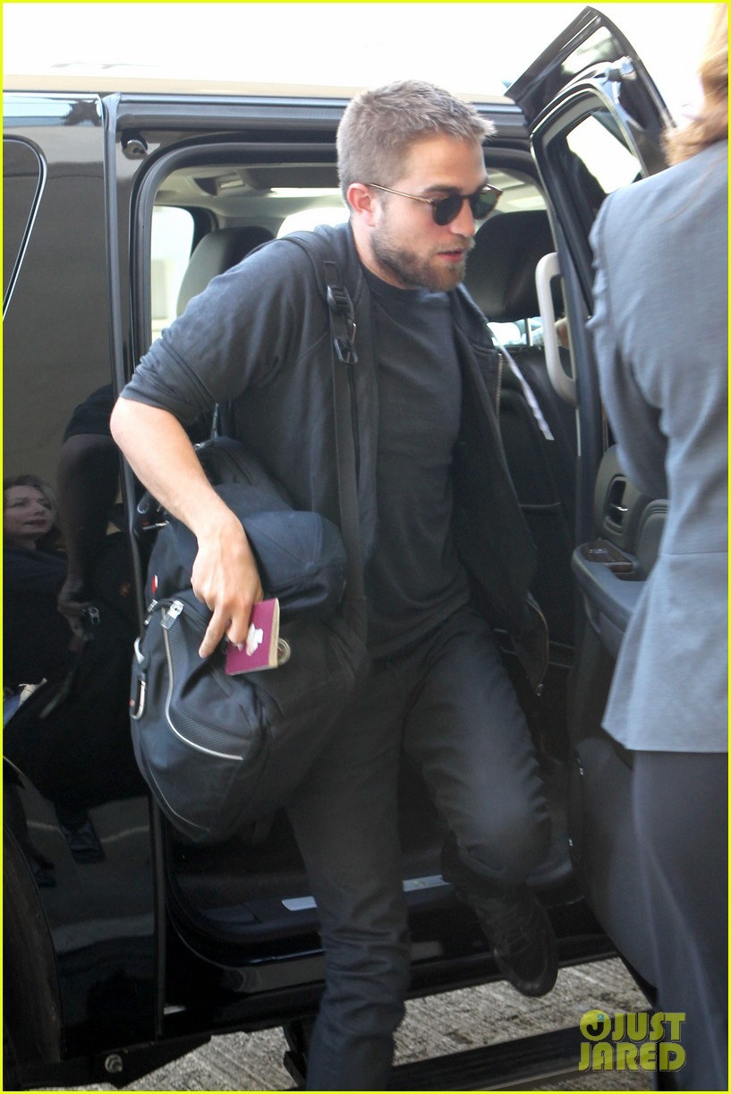 robert pattinson lots of luggage at lax 11