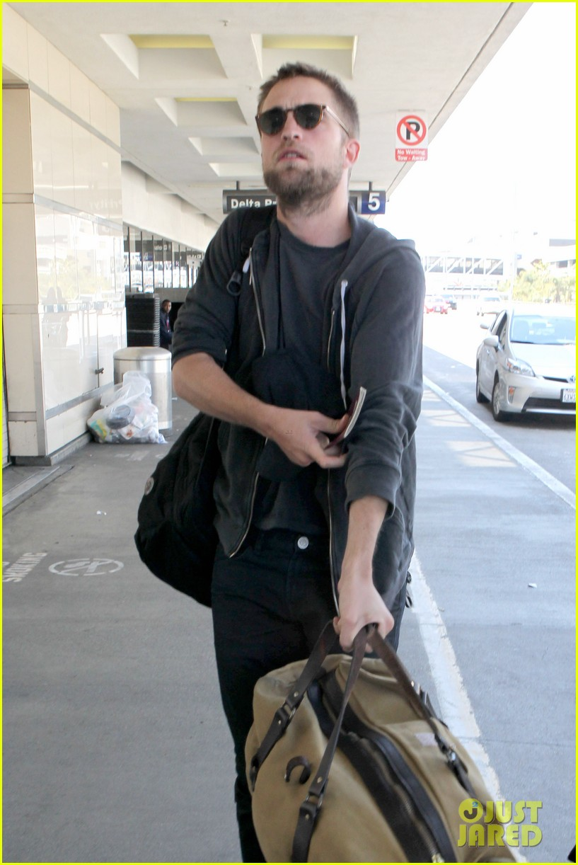 robert pattinson lots of luggage at lax 12
