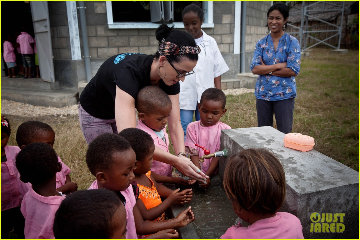 katy perry madagascar visit for unicef 06
