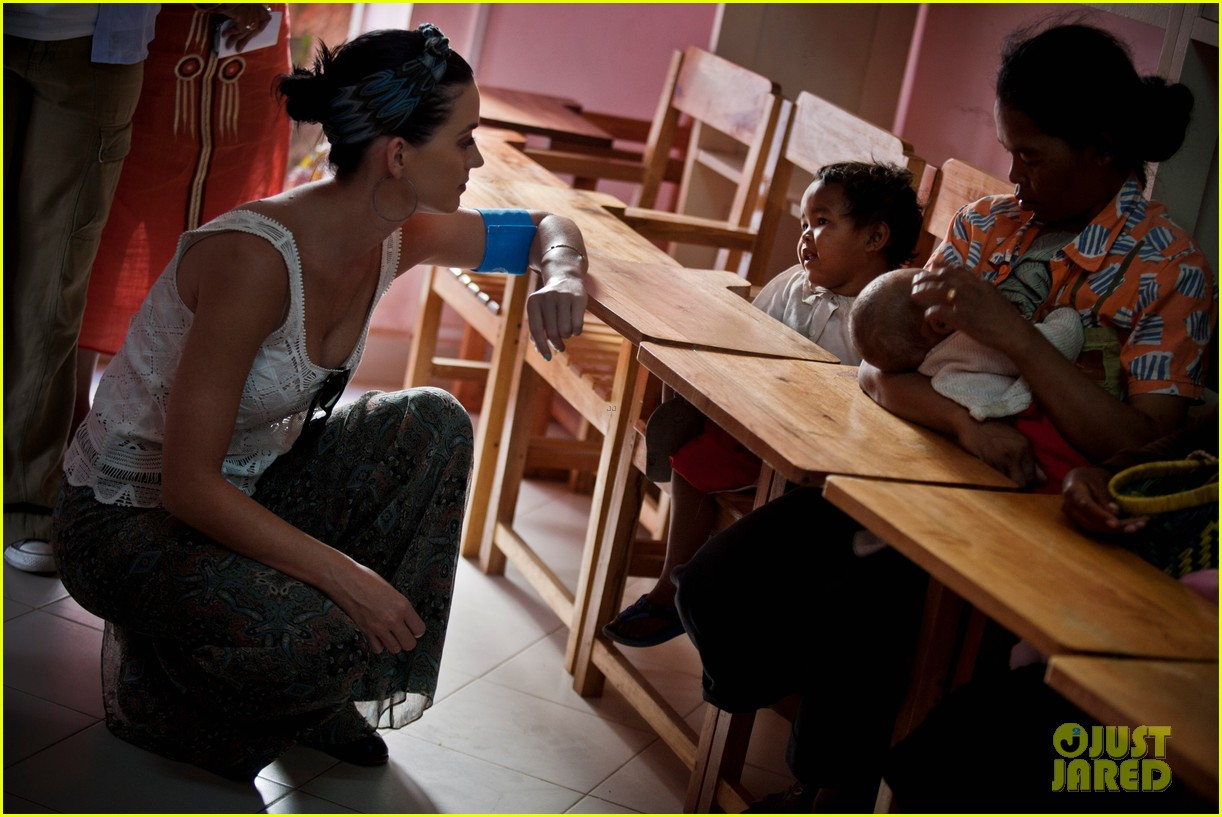 katy perry madagascar visit for unicef 09