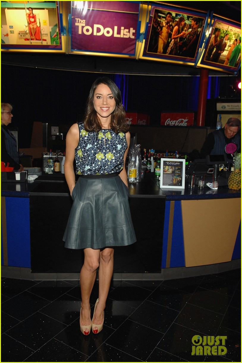 aubrey plaza wins cinemacon award after crashing mtv movie awards 032853175