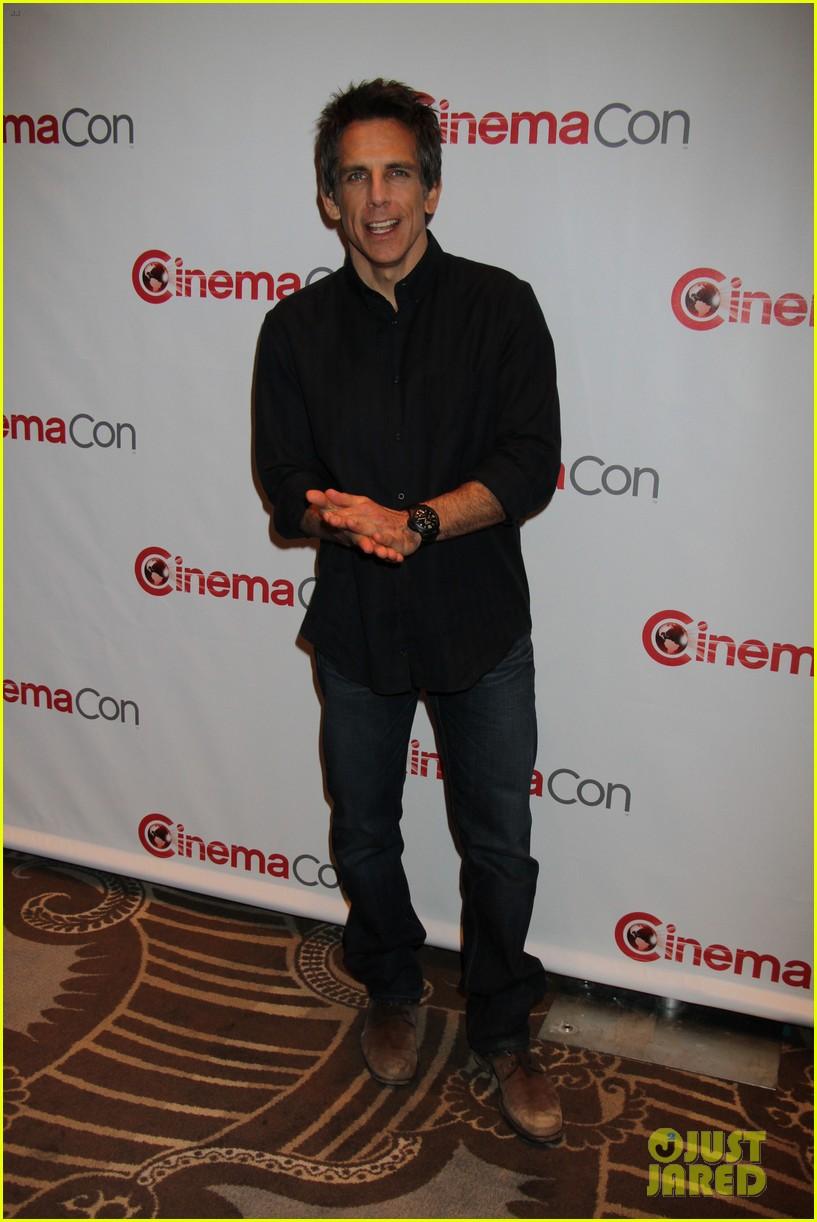 aubrey plaza wins cinemacon award after crashing mtv movie awards 162853188