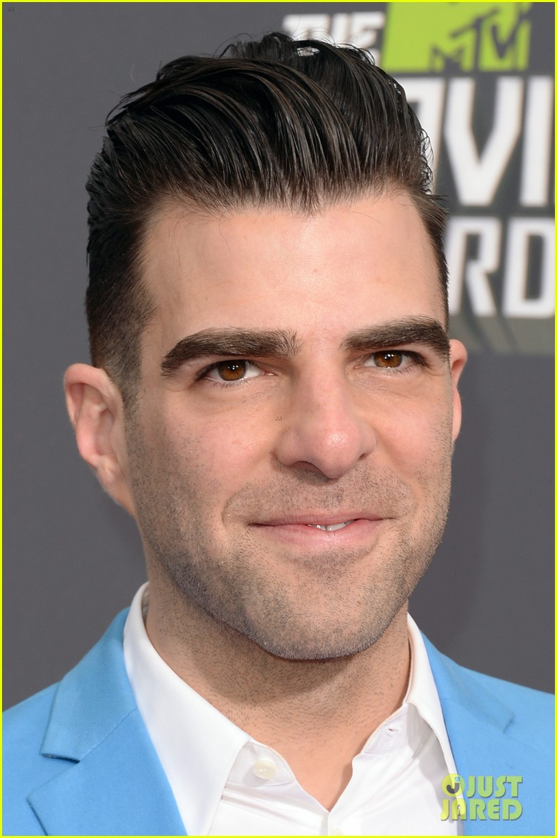 El post de los dobles - Página 5 Zachary-quinto-mtv-movie-awards-2013-red-carpet-01