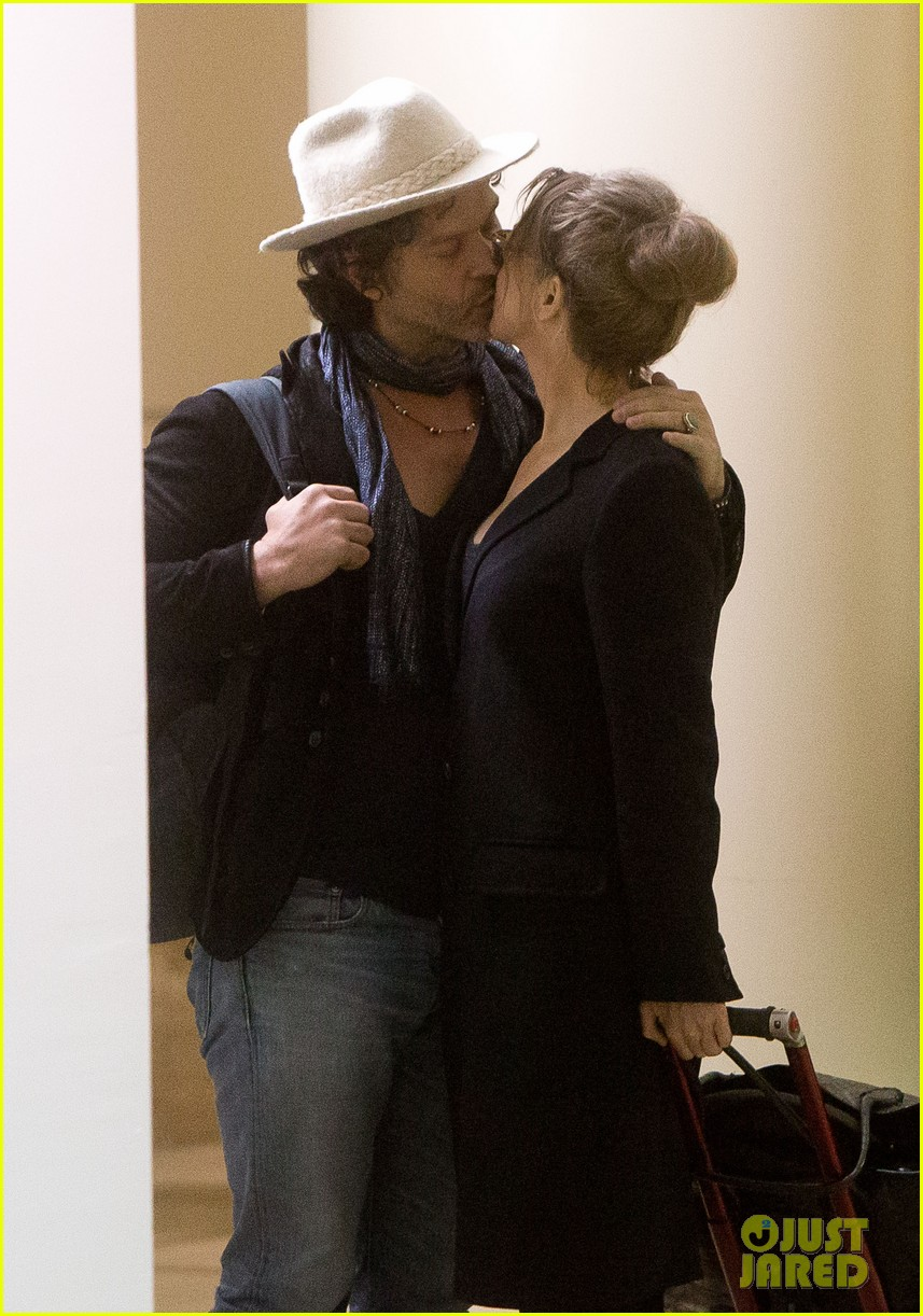 renee zellweger kiss kiss at lax 02