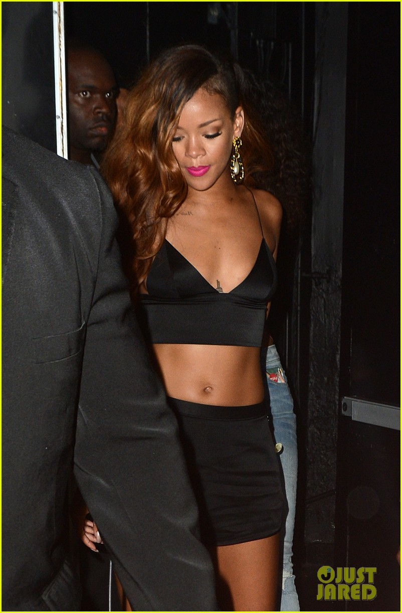 rihanna toned tummy after diamonds concert stop 07