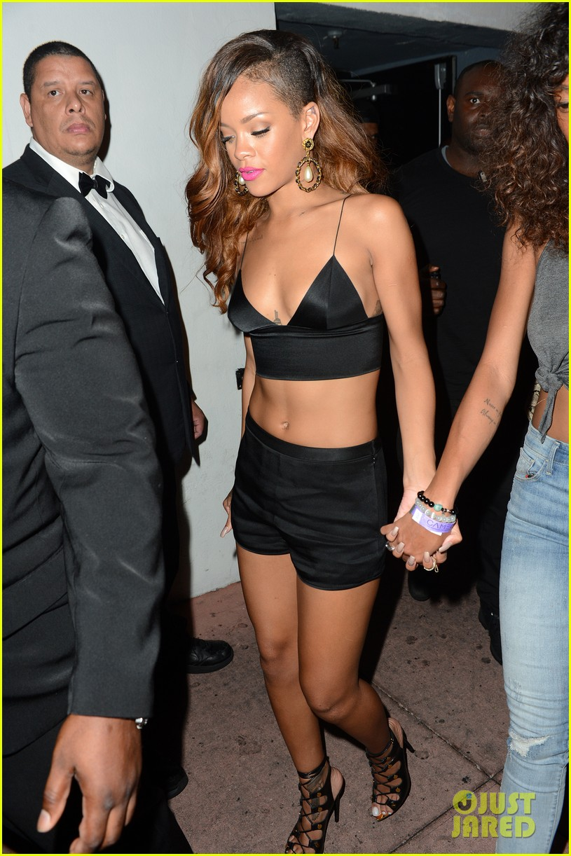 rihanna toned tummy after diamonds concert stop 122855126