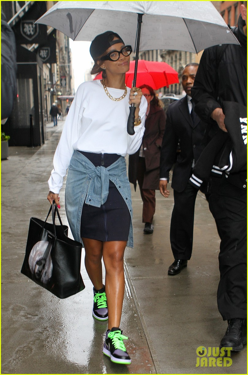 rihanna to fans you can stand under my umbrella 02