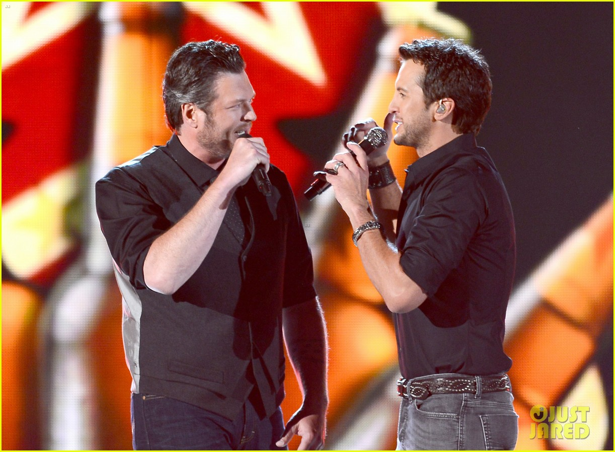 blake shelton luke bryan acm awards 2013 opening 03