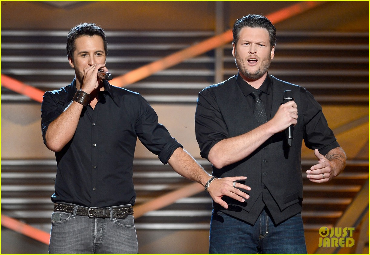 blake shelton luke bryan acm awards 2013 opening 05