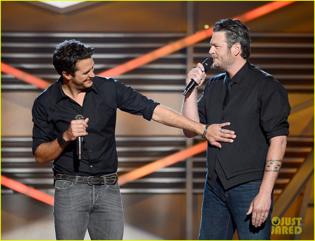 blake shelton luke bryan acm awards 2013 opening 102845157