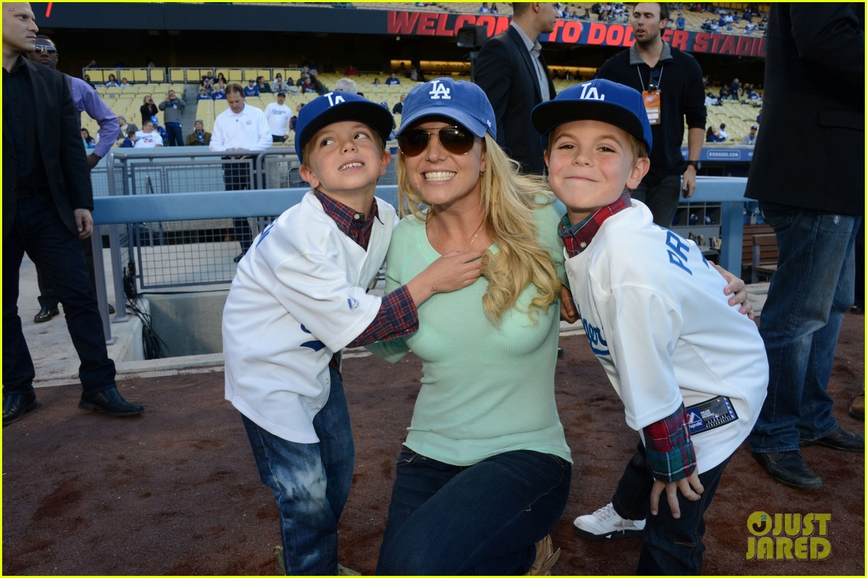 britney spears dodgers game with the boys 01