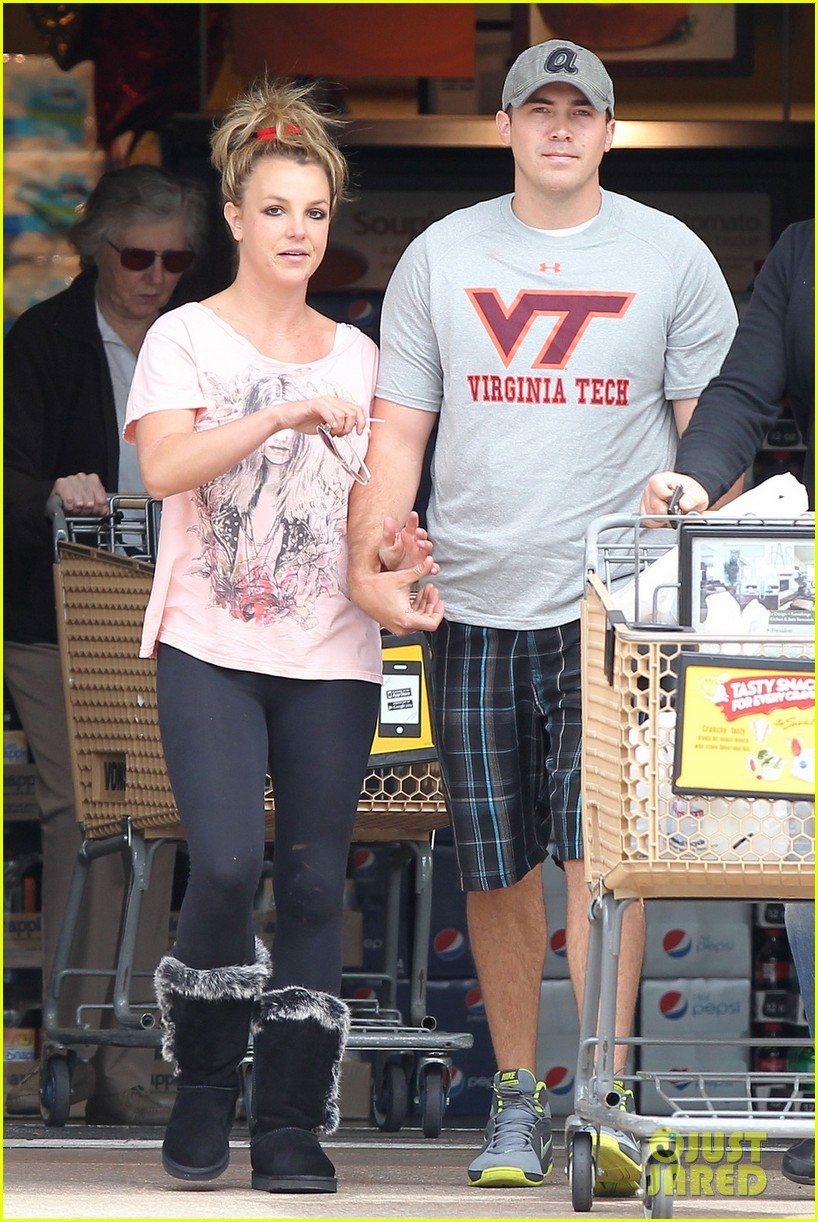 britney spears david lucado hold hands at vons 02