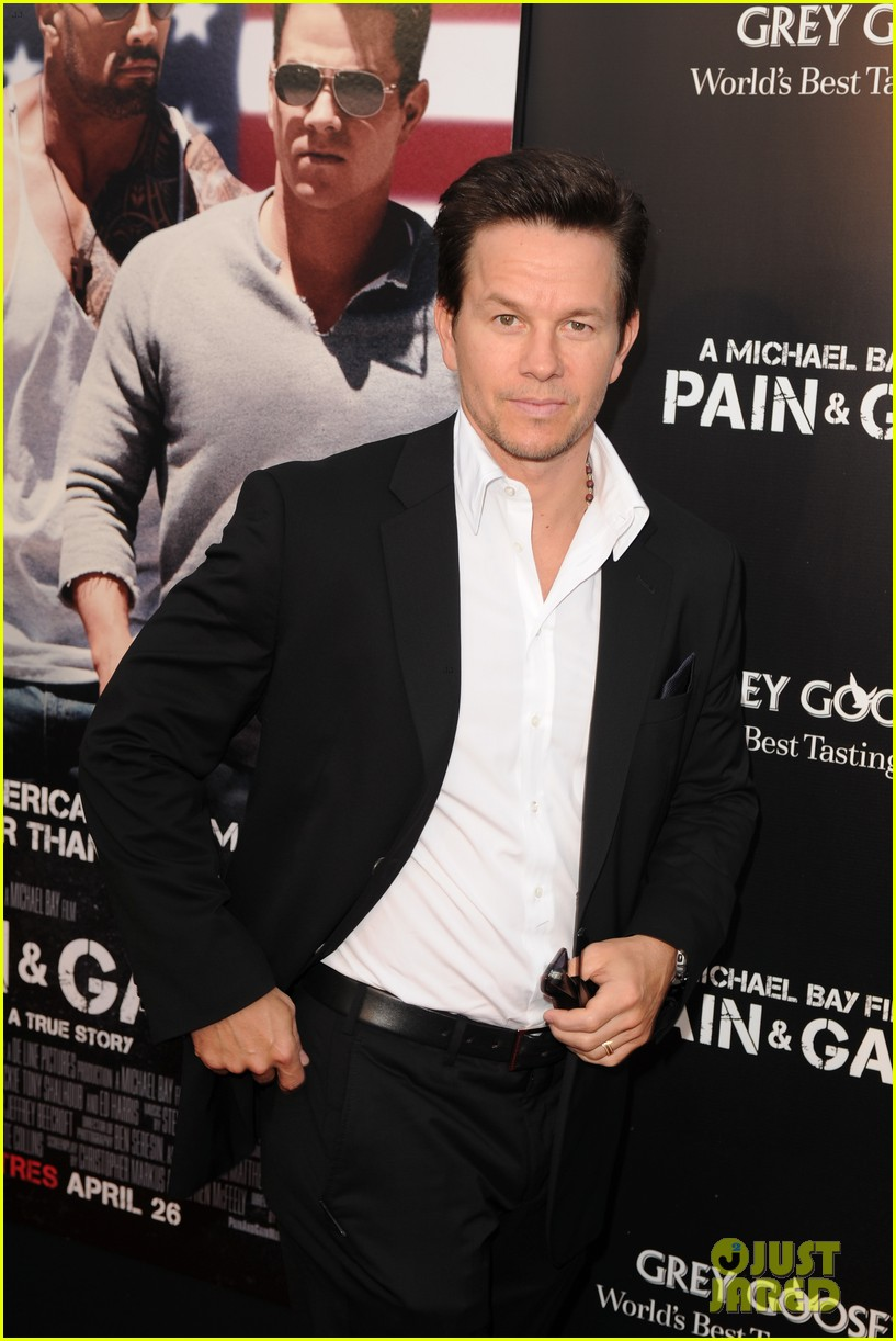 mark wahlberg dwayne johnson pain gain premiere 012848085