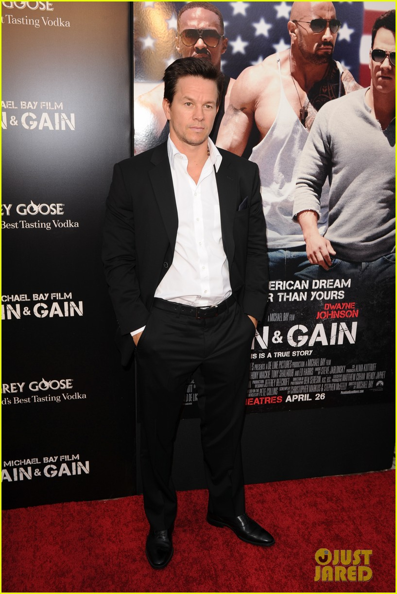 mark wahlberg dwayne johnson pain gain premiere 222848106
