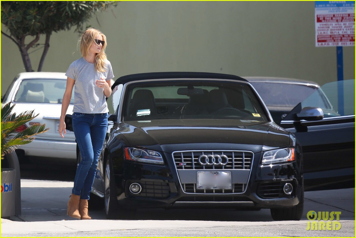 rosie huntington whiteley gas station stop 07