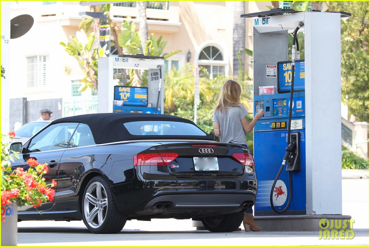 rosie huntington whiteley gas station stop 16