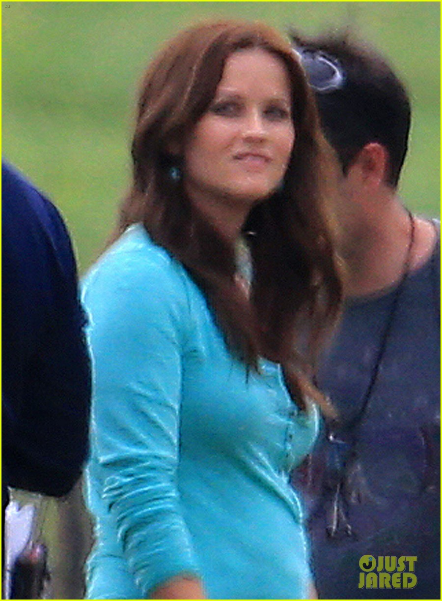 reese witherspoon brunette hair on the good lie set 04
