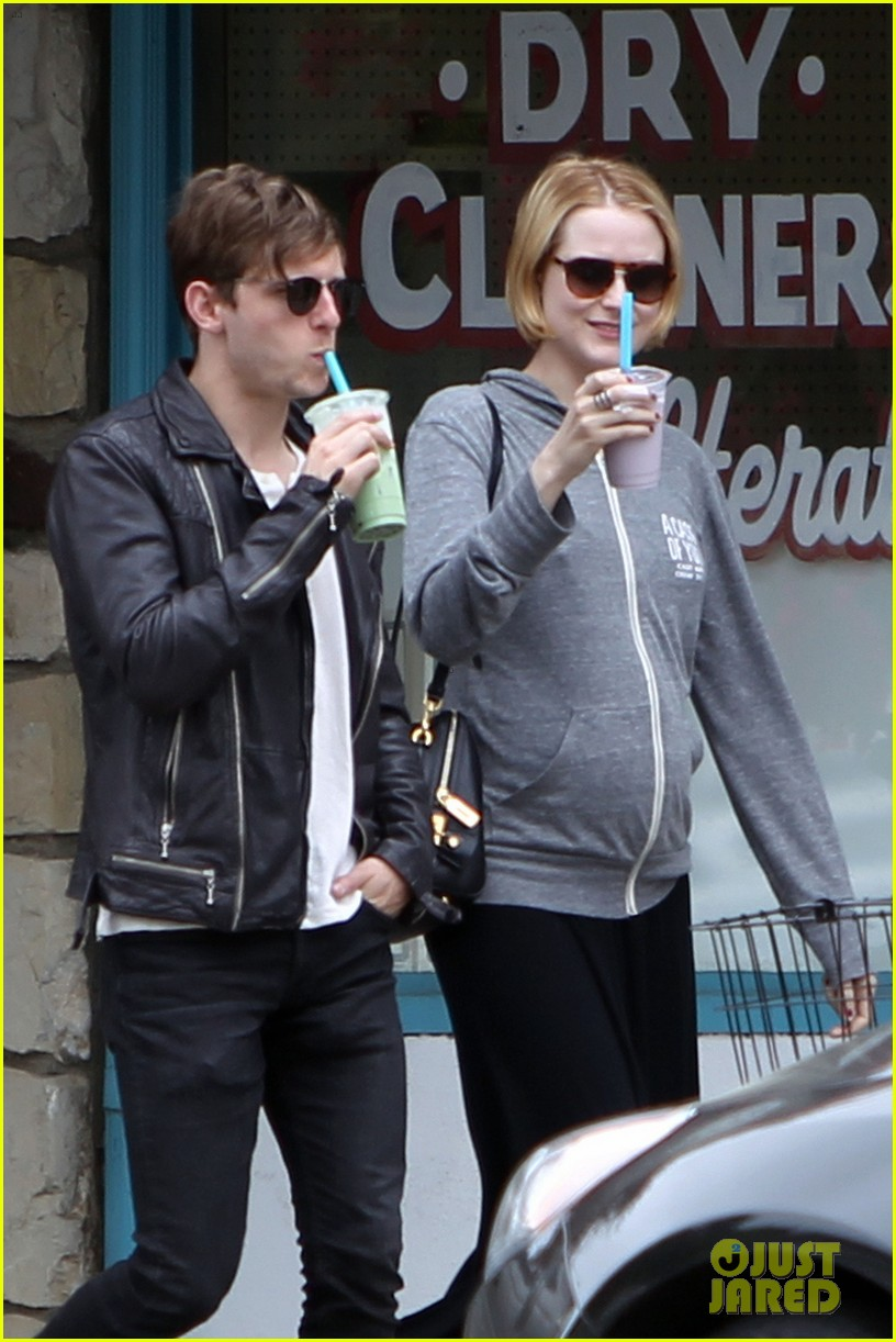 evan rachel wood baby bump stroll with jamie bell 03