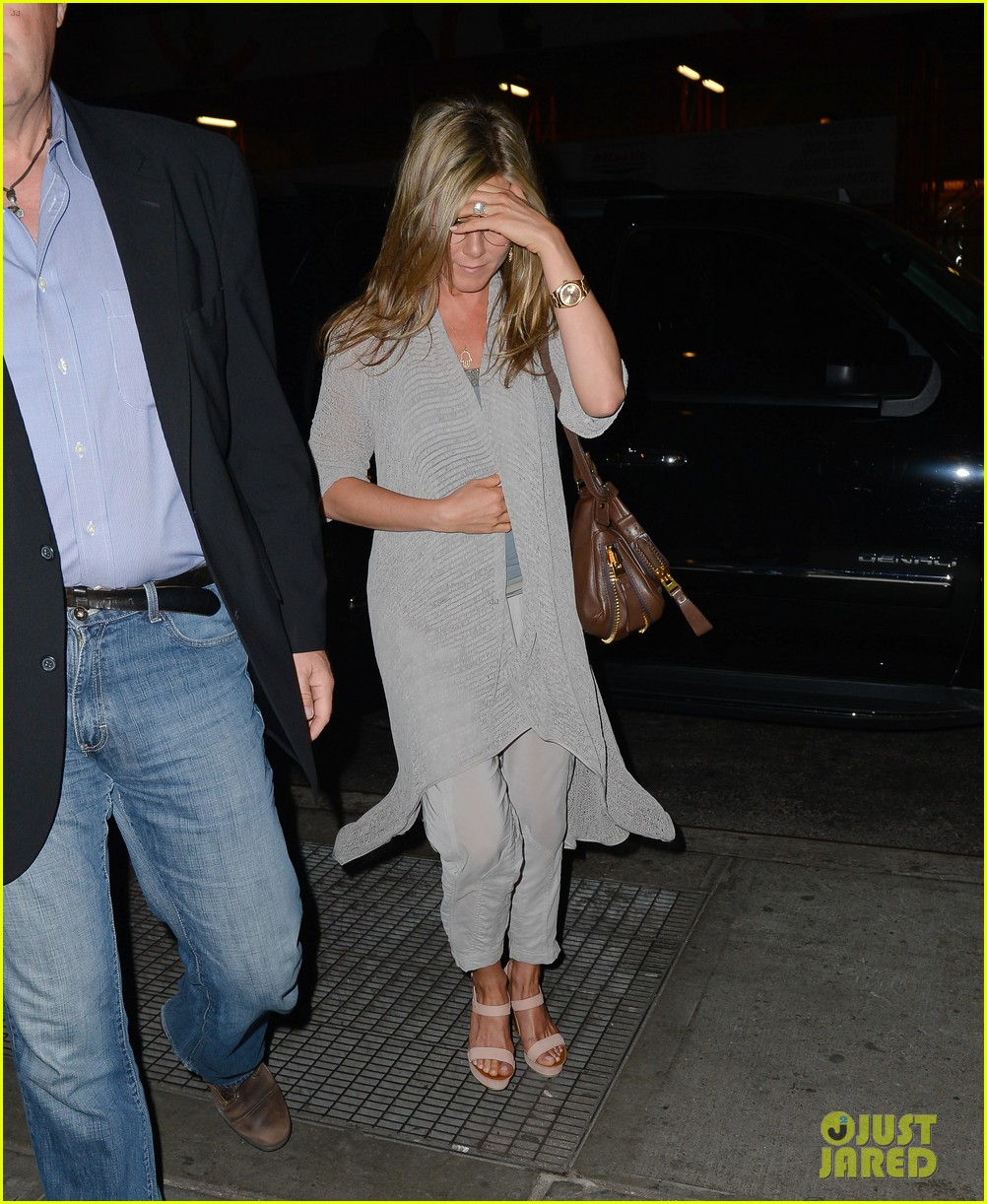 jennifer aniston attends bette midler play ill eat you last 03