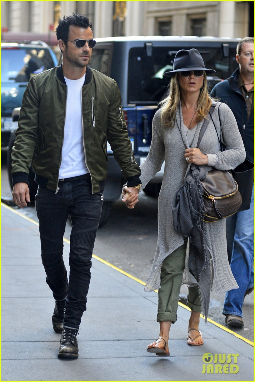 jennifer aniston justin theroux hold hands while shopping 02