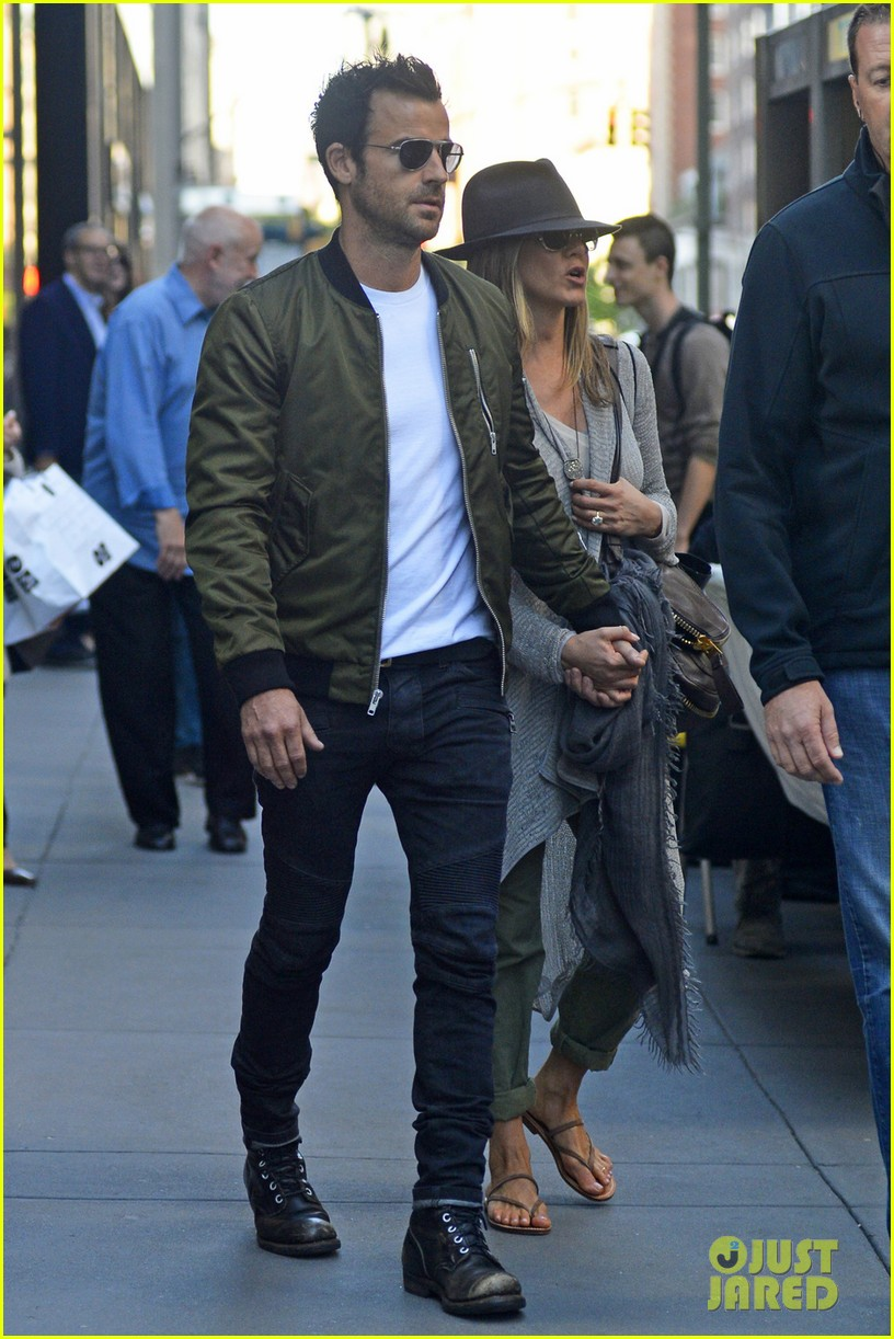 jennifer aniston justin theroux hold hands while shopping 04