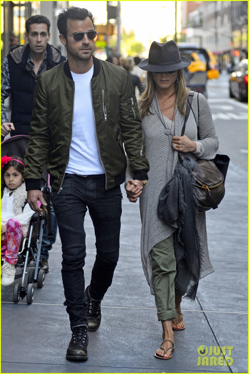 jennifer aniston justin theroux hold hands while shopping 05