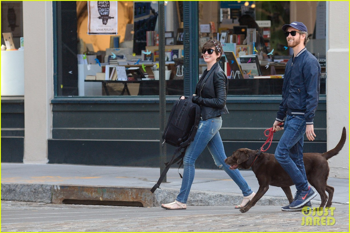 anne hathaway adam shulman brookyn dog walk 01