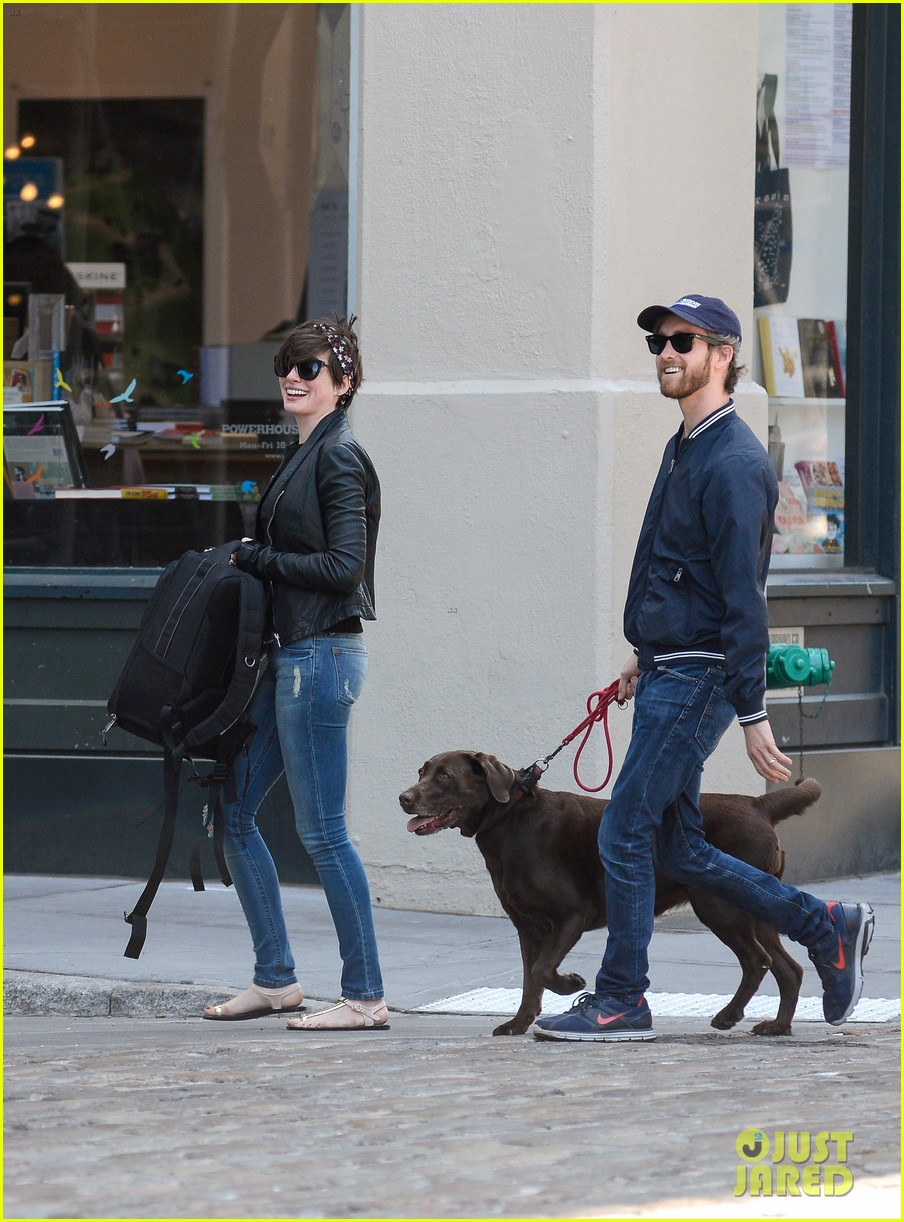 anne hathaway adam shulman brookyn dog walk 02