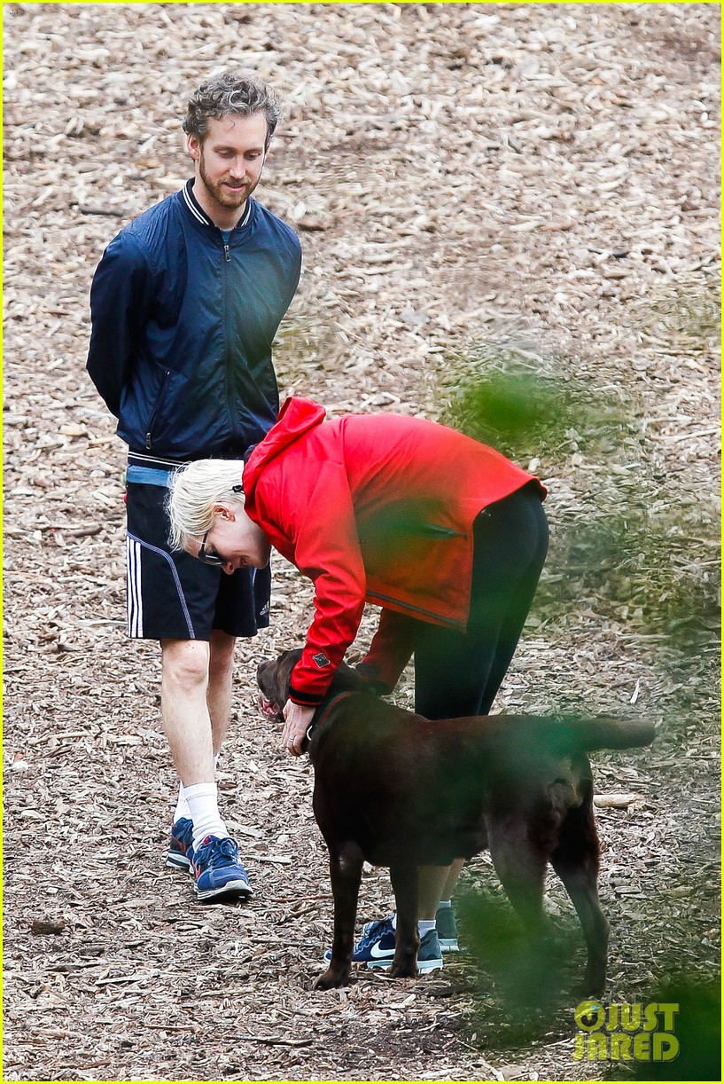 anne hathaway adam shulman rainy brooklyn dog walk 112873482
