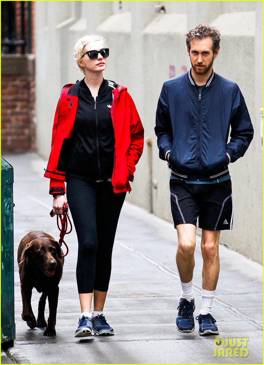 anne hathaway adam shulman rainy brooklyn dog walk 14