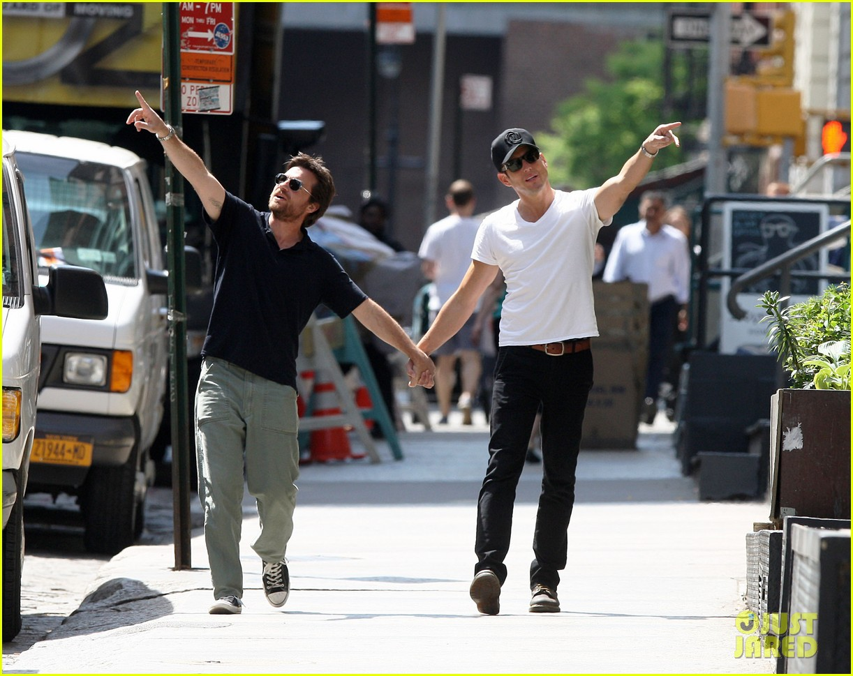 will arnett jason bateman hold hands check out city sights 06