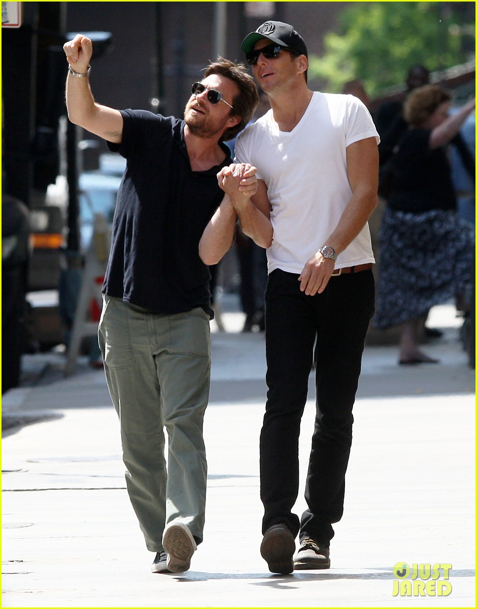 will arnett jason bateman hold hands check out city sights 092872304