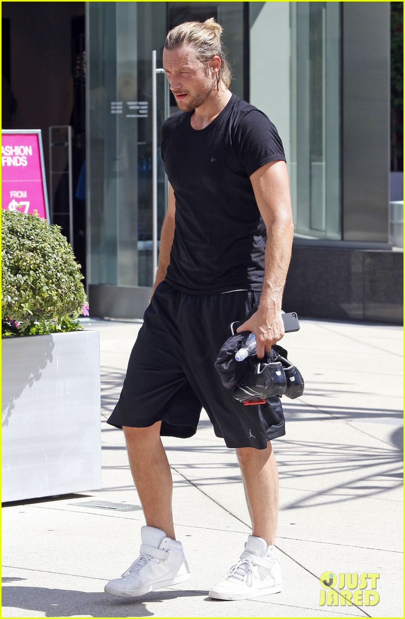 gabriel aubry keeps fit at equinox 03