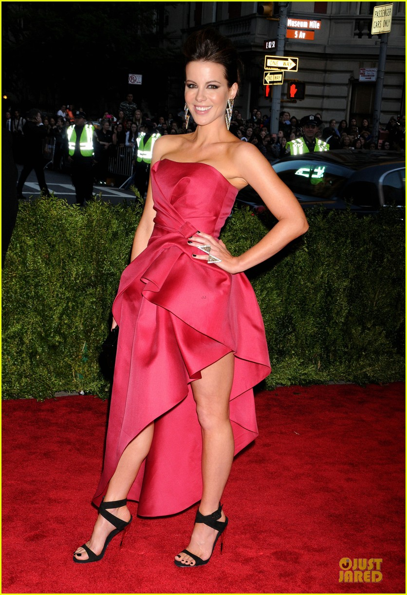 kate beckinsale met ball 2013 red carpet 052865359