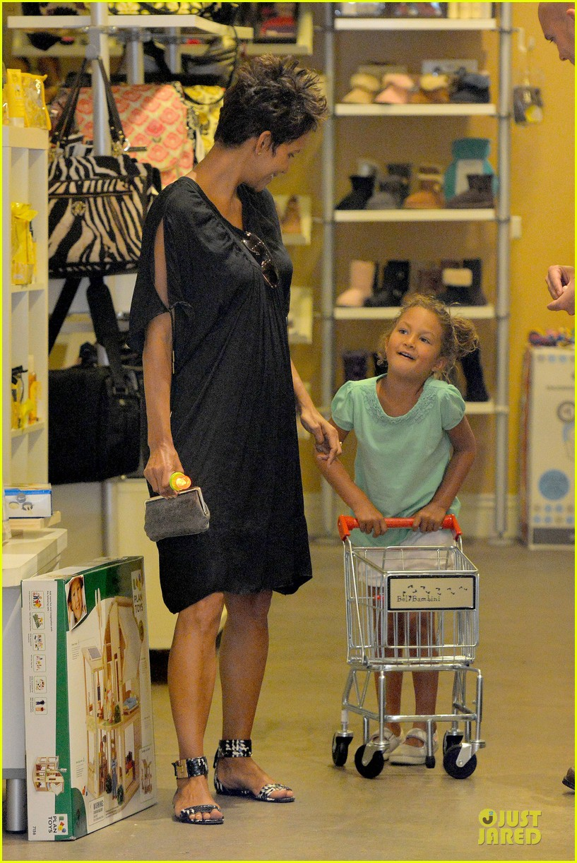 halle berry bel bambini shopping with nahla 22