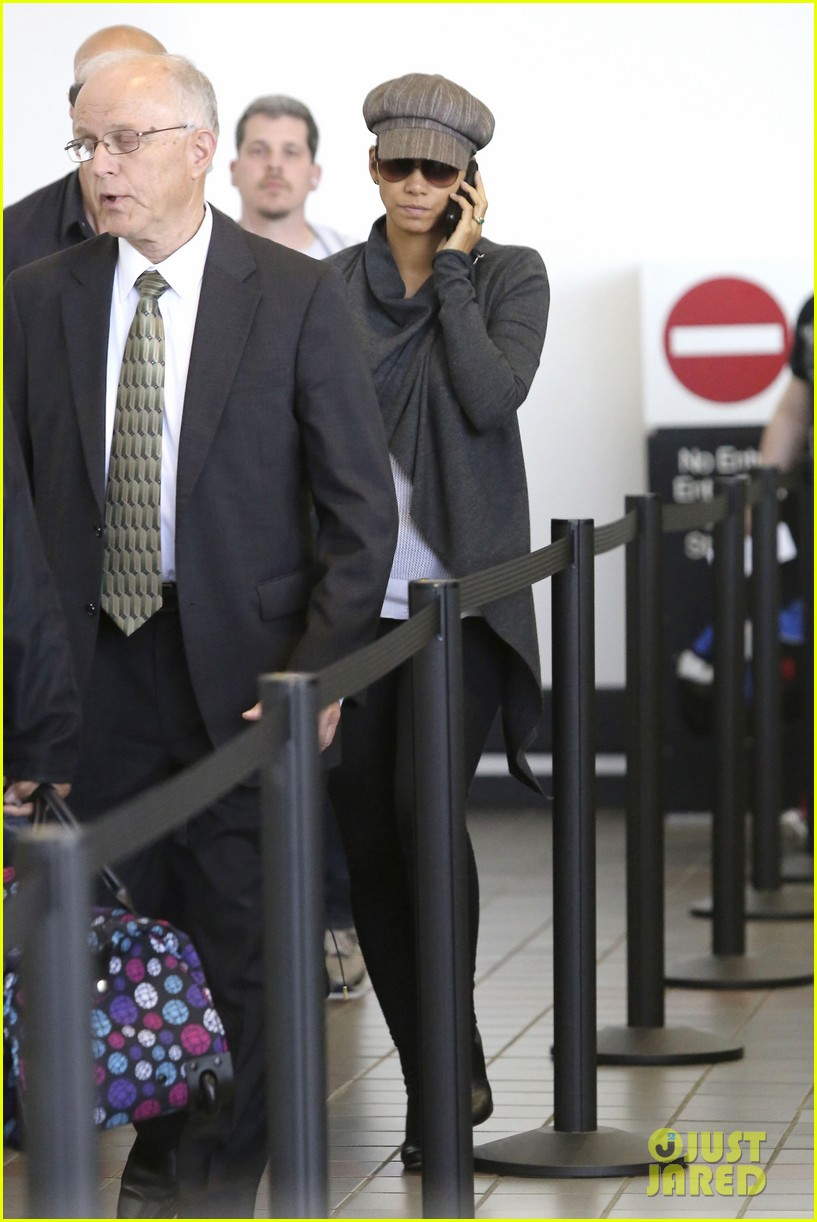 halle berry baby bump cover up at lax 052862536