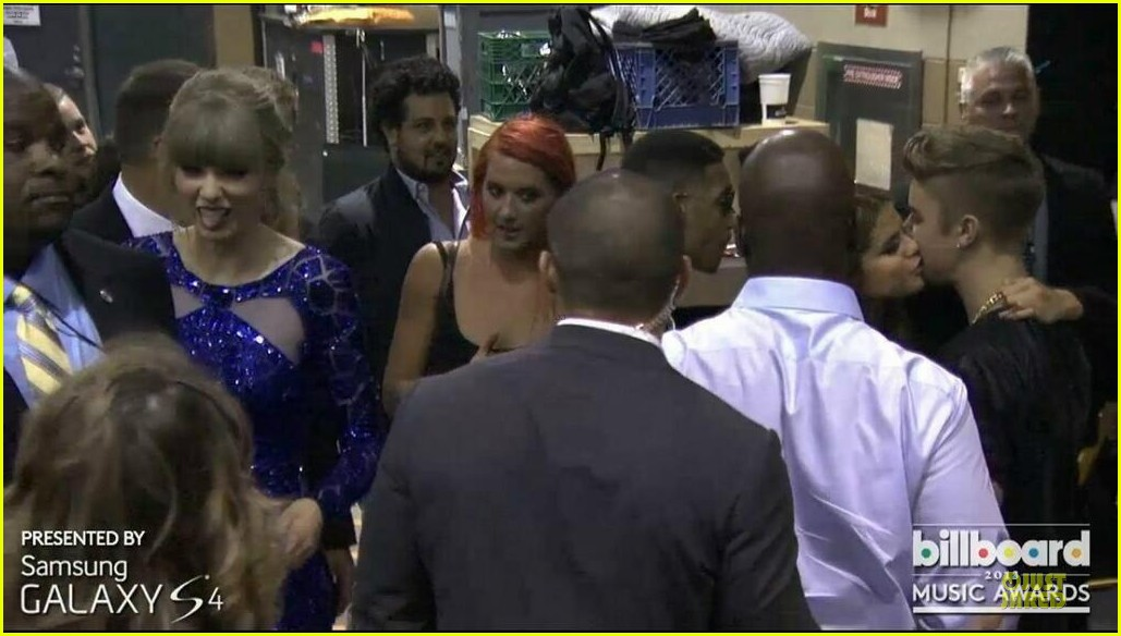 selena gomez justin bieber kiss backstage at billboard music awards 2013 02