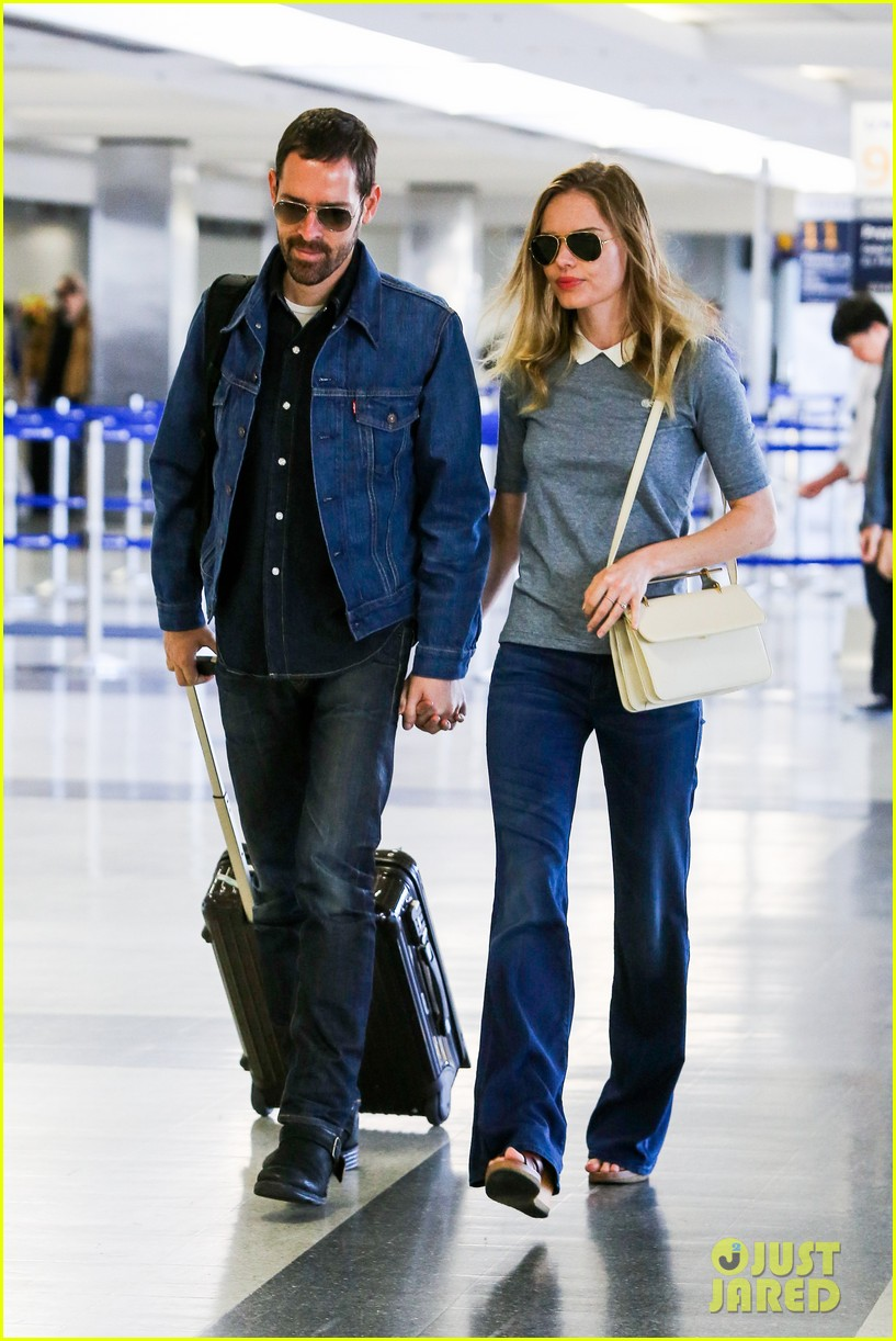 kate bosworth michael polish hold hands before flight 06