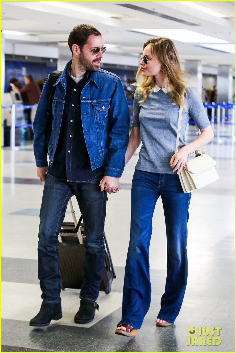 kate bosworth michael polish hold hands before flight 09