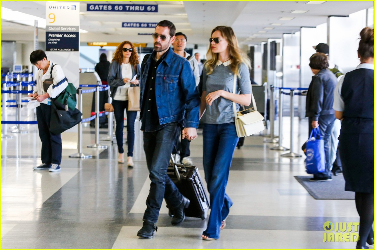 kate bosworth michael polish hold hands before flight 10