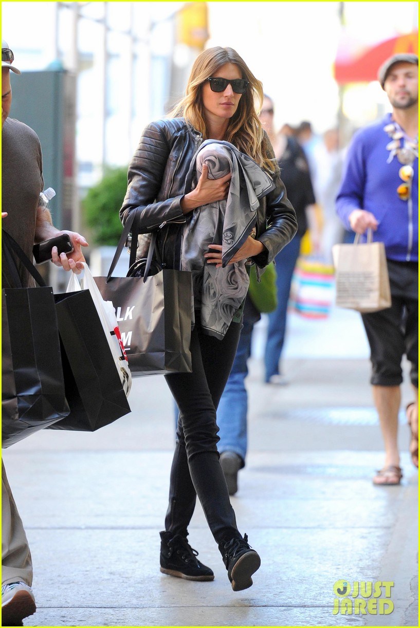gisele bundchen cradles baby vivian in nyc 10