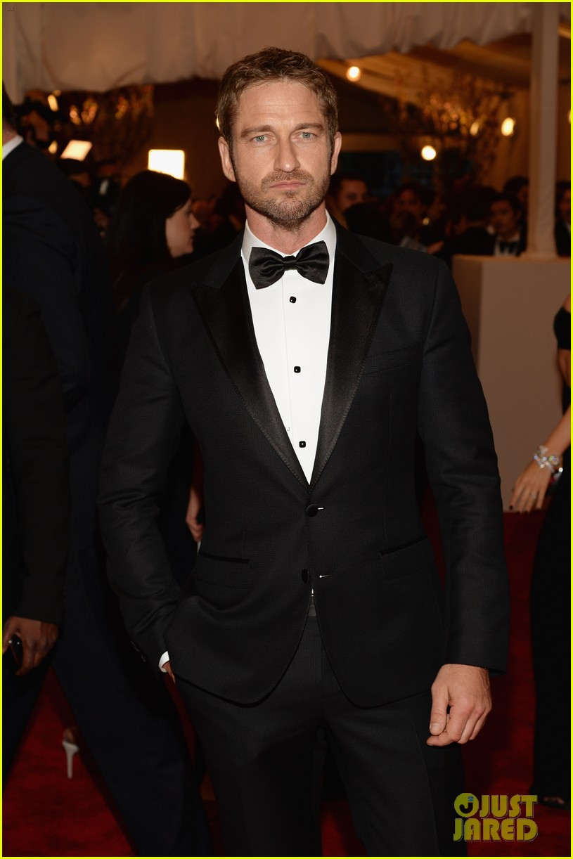 gerard butler met ball 2013 red carpet 01