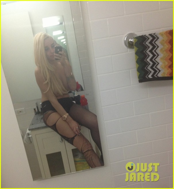 amanda bynes topless holding boobs in new twitpic 022862126
